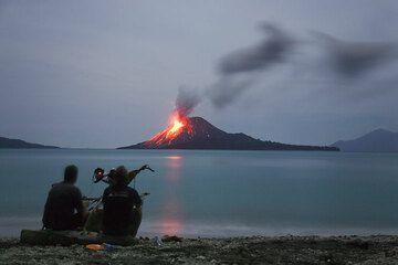 Beobachtung des Ausbruchs des Krakatau am Abend (Photo: Tom Pfeiffer)