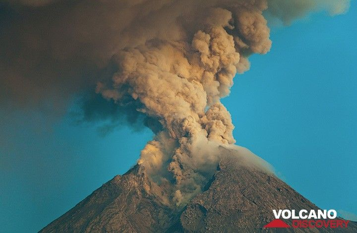 Ash column rising from Merapi volcano during Oct 2010. (Photo: Tom Pfeiffer)