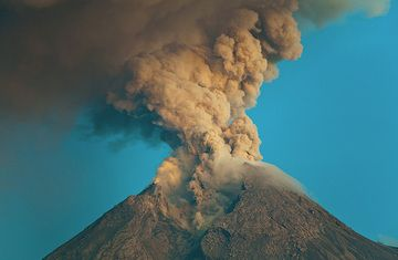 Ash column rising from Merapi volcano during Oct 2010. (Photo: Tom Pfeiffer)