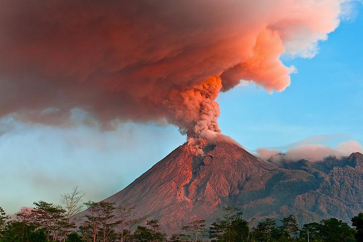 Einer der gefährlichsten Vulkane der Erde in Indonesien. (Photo: Tom Pfeiffer)