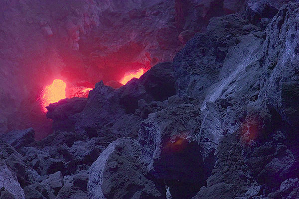 Glowing rocks at the lava dome. (Photo: Tom Pfeiffer)