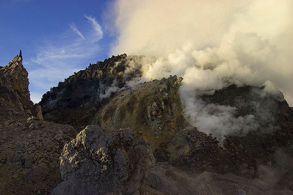 The active lava dome of Merapi volcano in the morning. (Photo: Tom Pfeiffer)