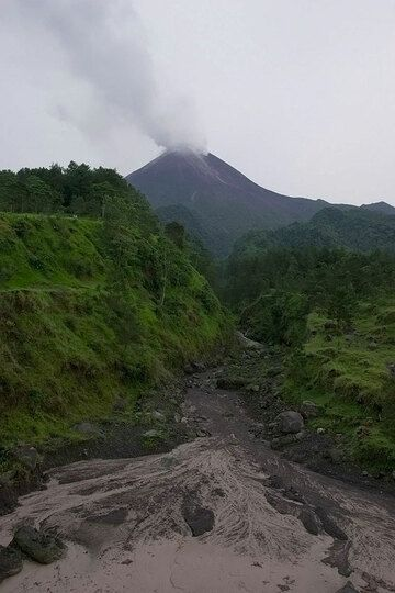 Part of the Krasak ravine on the SE side of Merapi, before it was filled by pyroclastic flows. (Photo: Tom Pfeiffer)