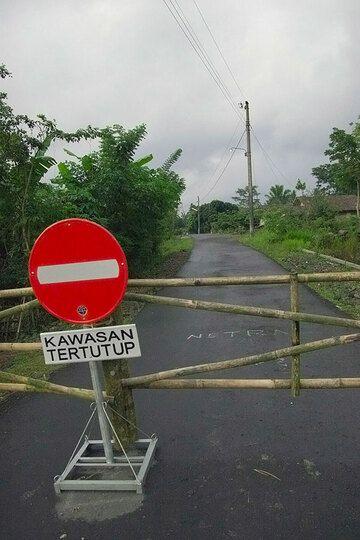 Road block into the evacuation zone. (Photo: Tom Pfeiffer)