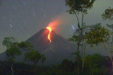 Eine spektakuläre und gefährliche Eruption ereignete sich am Merapi 2006. Wir zeigen einige Bilder des Ausbruchs, der durch glühende Steinlawinen und pyroklastische Ströme vom wachsenden Lavadom gekennzeichnet war, die während einer Expedition im Mai 2006 gemacht wurden.  (Photo: Tom Pfeiffer)