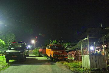 Rescue workers keeping watch over Merapi at the road block. (Photo: Tom Pfeiffer)
