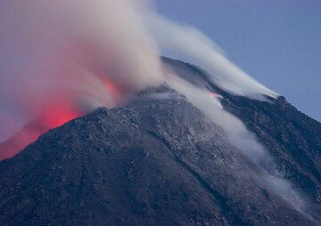 The active lava dome of Merapi volcano. (Photo: Tom Pfeiffer)