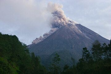 Seconds later the main part of the pyroclastic flow has travelled most of the steep slope. (Photo: Tom Pfeiffer)