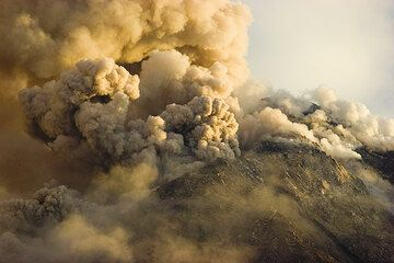 The active lava dome during the day, shedding rockfalls and pyroclastic flows. (Photo: Tom Pfeiffer)