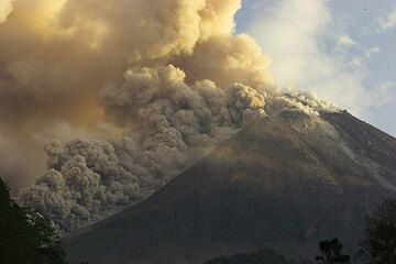 Shortly after the earthquake on 27 May 2006 (the same one that hit Yogyakarta), a number of larger pyroclastic flows are triggered from the lava dome.  (Photo: Tom Pfeiffer)