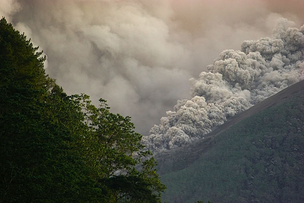 Another pyroclastic flow advancing on the SW side. Every few minutes now, a flow is triggered. (Photo: Tom Pfeiffer)