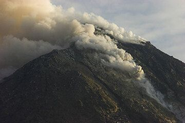 View of the lava dome with a small rockfall triggered to the SE. (Photo: Tom Pfeiffer)