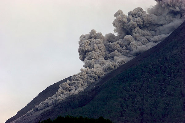 The advancing front of a pyroclastic flow. (Photo: Tom Pfeiffer)