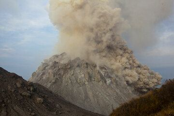 a larger rockfall on the SW side turns into a small pyroclastic flow reaching the base of the dome. (Photo: Tom Pfeiffer)