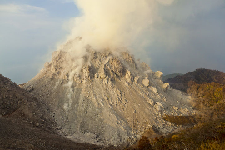 The new lava dome, about 150 m tall and 2-300 m wide at its base in daylight - to the left, part of the 1982 lava dome is visible. (Photo: Tom Pfeiffer)