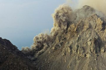 Another small pyroclastic flow triggered by a rockfall on the eastern flank reaches the saddle between the 1982 and the new 2012 lava dome. (Photo: Tom Pfeiffer)