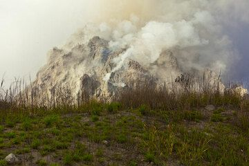 The new lava dome seen from the top of an undated older lava dome adjacent to the south. (Photo: Tom Pfeiffer)