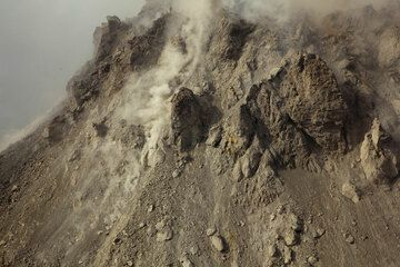 Irregularly shaped fresh extruded lava blocks at the upper part of the dome, which sticks out of the pyroclastic debris fan around it. (Photo: Tom Pfeiffer)