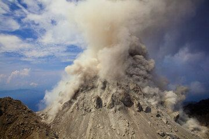 Desprendimientos del domo de lava activo de Paluweh durante el día, generando nubes de ceniza. (Photo: Tom Pfeiffer)