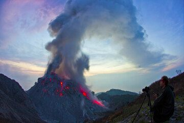 Observing the lava dome with the tall ash plume rising and drifting west at dawn. (Photo: Tom Pfeiffer)