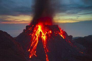 Avalanchas que brilla intensamente y ash ventilación al atardecer del 1 diciembre de parte de la edad 1982 Rokatenda lava domo a la izquierda en la imagen (Photo: Tom Pfeiffer)