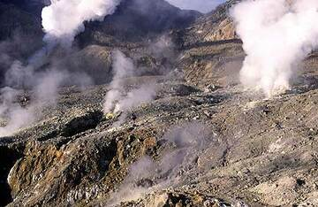 Steaming fumaroles inside Papandayan's crater (Photo: Tom Pfeiffer)