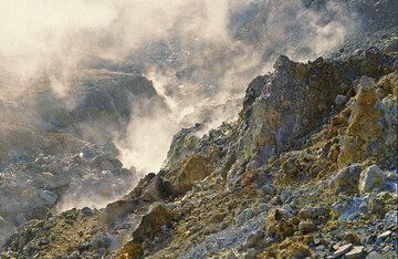 Block and ash deposit inside Papandayan's crater (Photo: Tom Pfeiffer)