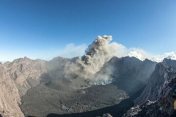 Frequent ash eruptions produce a plume rising a few hundred meters and drifting SW. (Photo: Tom Pfeiffer)
