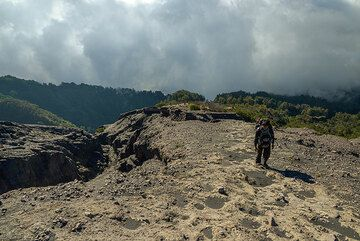 On the final ascent towards the crater rim. (Photo: Tom Pfeiffer)