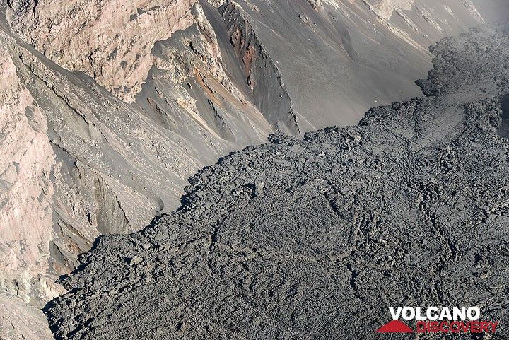 View of the flat lava flow, no longer active, as it had touched the eastern caldera wall. (Photo: Tom Pfeiffer)