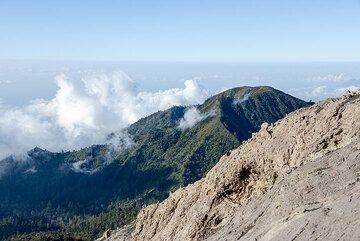 View towards the extinct neighbor volcano Gunung Suket (2950 m) to the NE of Raung. (Photo: Tom Pfeiffer)