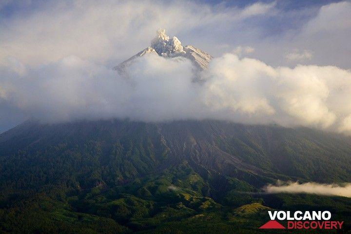 Sowie die Sonne aufsteigt, beginnt sich der Berg zu verhüllen.  (c)