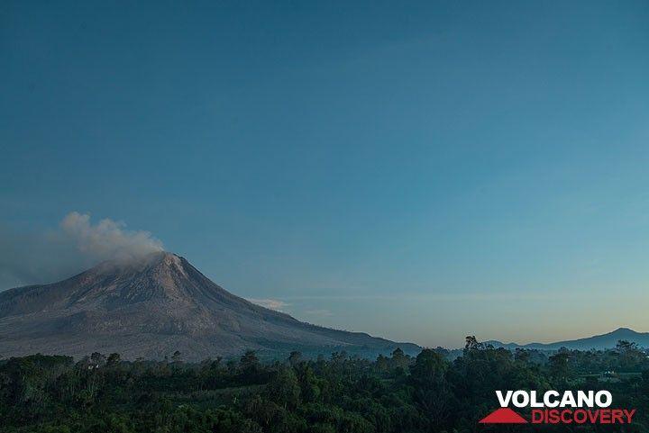 Dawn at Sinabung (Photo: Tom Pfeiffer)