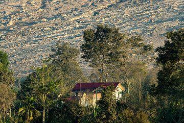 A house in (evacuated) Berastepu village (SE side). (Photo: Tom Pfeiffer)