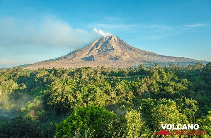 Wide-angl view towards Sinabung. (Photo: Tom Pfeiffer)