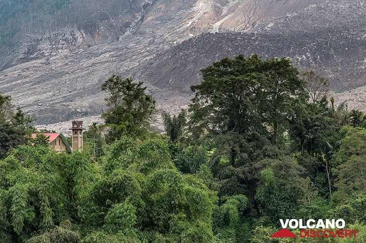 View towards Berastepu village. Will it survive the ongoing crisis - nobody can tell for sure. (Photo: Tom Pfeiffer)
