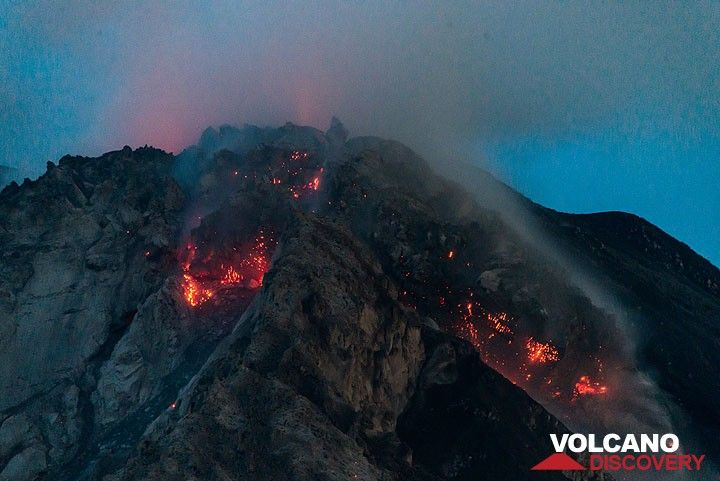 Glow from the two active lava lobes early on 27 July. (Photo: Tom Pfeiffer)