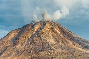 A small explosion occurs from the lava dome in the morning of 27 July. (Photo: Tom Pfeiffer)