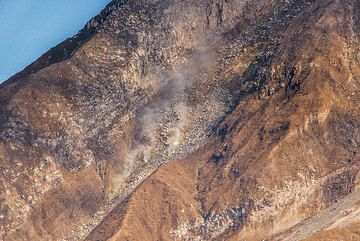 Fumaroles in the southern cliff mid-way up to the summit of Sinabung. (Photo: Tom Pfeiffer)