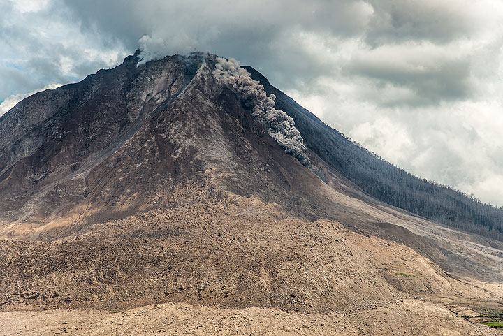 After 3 days with no pyroclastic flows, a first one occurs at noon on 27 July. (Photo: Tom Pfeiffer)