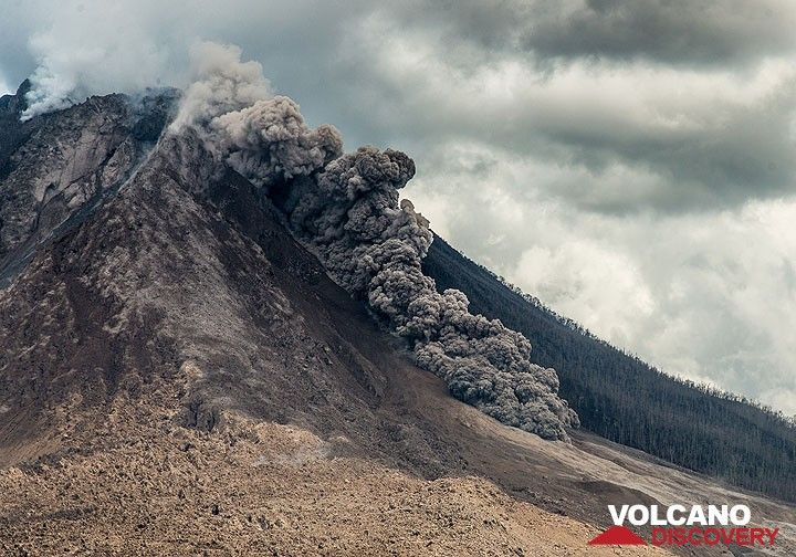 Within less than a minute, the flow has reached the base of the volcano's main cone. (Photo: Tom Pfeiffer)