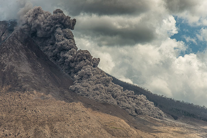 The pyroclastic flow continues at high velocity, widens in the flatter area and forms several advancing tongues. (Photo: Tom Pfeiffer)