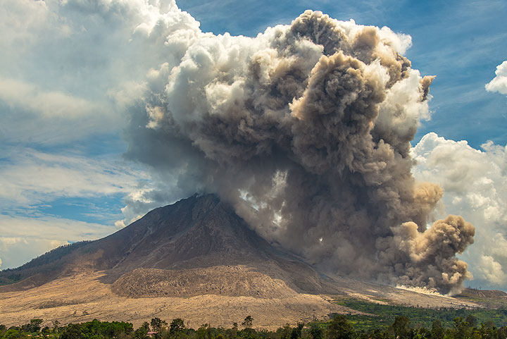 The co-ignimbrite ash plume from a pyroclastic flow at Sinabung volcano rises more than 2 kilometers and starts to spread (July 2015). (Photo: Tom Pfeiffer)
