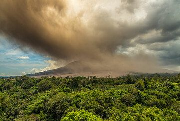 The dissipating ash plume spreads over the whole eastern and southern sectors, where ash fall sets in (incl. at our location, forcing us to withdraw). (Photo: Tom Pfeiffer)