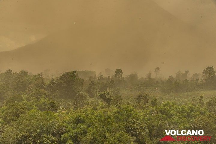 A pyroclastic flow has occurred 20 minutes ago. The ash plume has slowly spread all over the eastern and southern parts of the volcano. It's time to put on dust masks and leave the area! (Photo: Tom Pfeiffer)