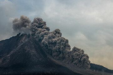 View of the volcano with a small pyroclastic flow reaching 2 km length. (Photo: Tom Pfeiffer)