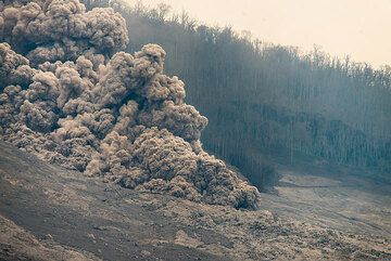 """The advancing front of """"boiling"""" ash. (Photo: Tom Pfeiffer)"""