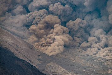 Zoom onto the margins of the pyroclastic flow front. (Photo: Tom Pfeiffer)