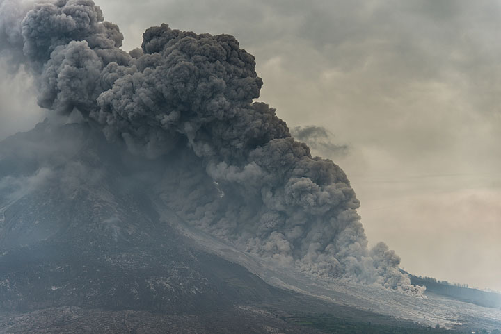 Ash plume rising from the pyroclastic flow. (Photo: Tom Pfeiffer)