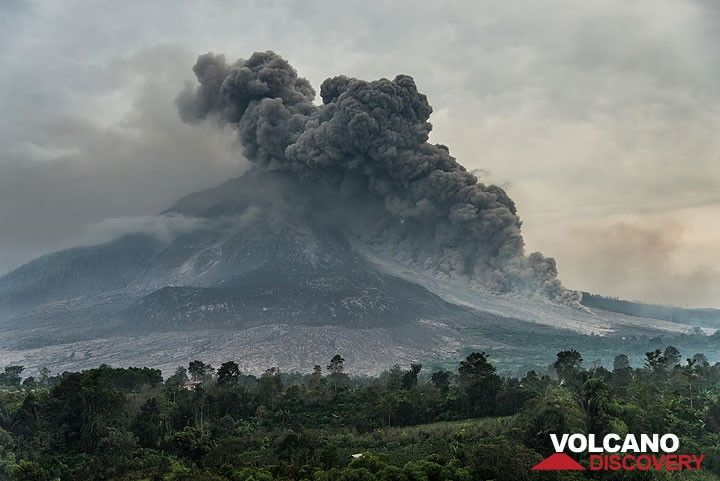 Wide-angle view of the pyroclastic flow on the volcano's eastern side. (Photo: Tom Pfeiffer)
